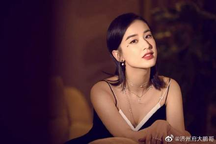 Huang Shengyi's husband, Yang Zi, was lying on the hospital bed with a breathing tube,Suspected physical problems,Netizens are hotly discussing: I hope nothing happens,Huang Shengyi is too bad recently插图(2)